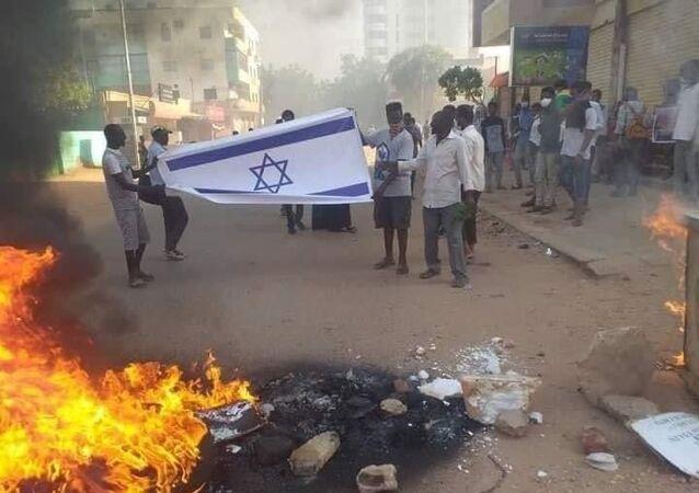 Sudan'da dün geçici hükümeti karşıtı düzenlenen gösterilerde İsrail bayrağı ateşe verildi.