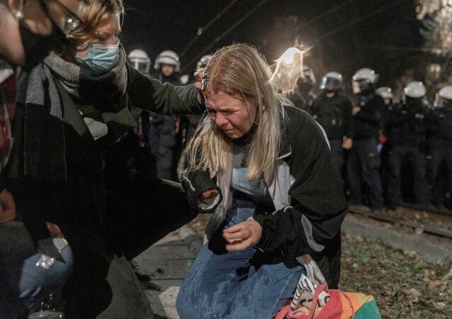 Polonya'nın başkentinde PiS'in kurucusu ve lideri Jarosław Kaczynski'nin (Kaçinski) evinin önünde polis müdahalesine uğrayan ve fiziksel rahatsızlık yaşayan bir kürtaj yasağı protestocusu