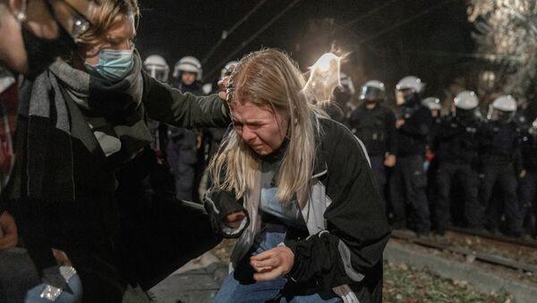 Polonya'nın başkentinde PiS'in kurucusu ve lideri Jarosław Kaczynski'nin (Kaçinski) evinin önünde polis müdahalesine uğrayan ve fiziksel rahatsızlık yaşayan bir kürtaj yasağı protestocusu - Sputnik Türkiye