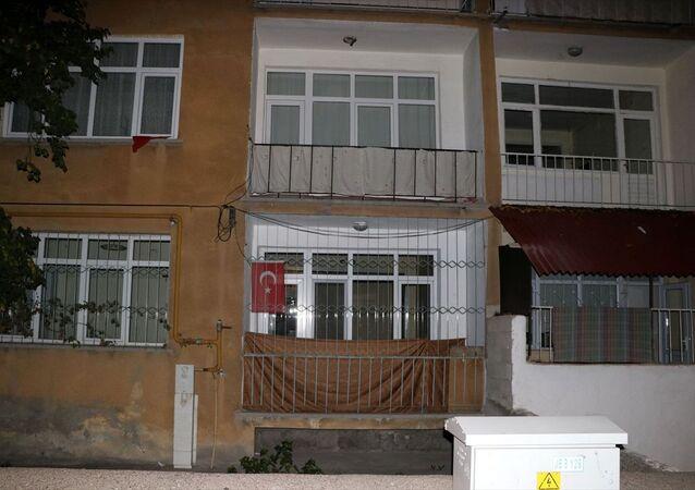 Kayseri'nin Kocasinan ilçesinde eşi tarafından bıçakla ağır yaralanan kadın balkondan atladı. Polis tarafından gözaltına alınan Emrah D, sağlık kontrolünün ardından emniyete götürüldü.