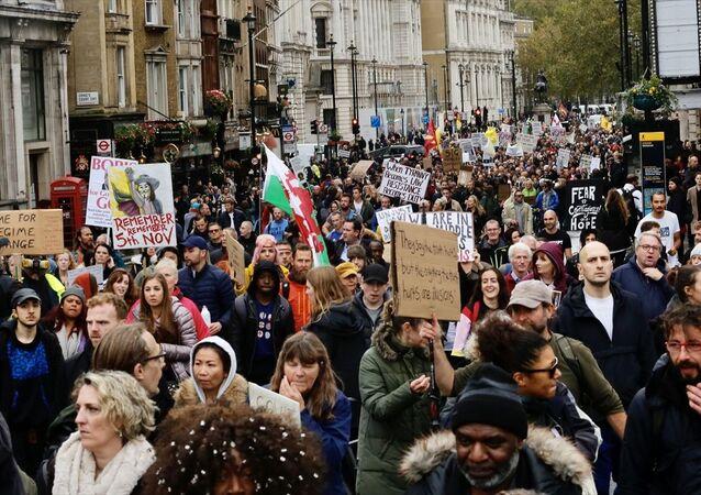 İngiltere'nin başkenti Londra'da yeni tip koronavirüs (Kovid-19) önlemleri ve aşı karşıtı StandUpX adlı grup gösteri düzenledi.