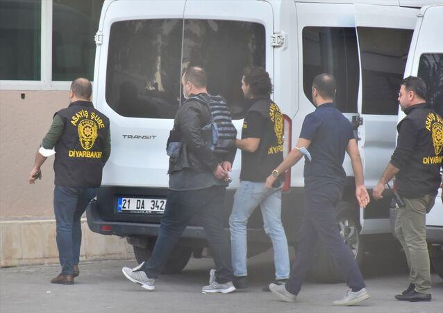 Diyarbakır'ın merkez Yenişehir ilçesinde bir kadının kardeşi tarafından öldürülmesinde azmettirici olduğu iddia edilen kişi tutuklandı.