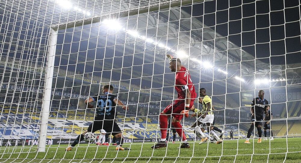 Fenerbahçe, Süper Lig'in 6. hafta maçında Trabzonspor ile Ülker Stadı'nda karşılaştı. Trabzonsporlu oyuncu Serkan Asan (99), bir pozisyonda topa müdahale etmeye çalıştı.