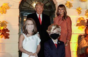 Beyaz Saray'da çocuklaraCadılar Bayramı partisi veren Donald Trump ile Melania Trump, kendi kopyalarını oynayan iki çocukla poz verdi.