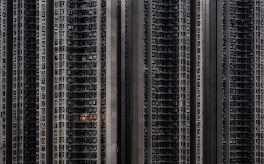 Yarışmanın 'Mimarlık ve Kentsel Alanlar' kategorisinde birincilik kazanan Çin asıllı Macar fotoğrafçı Attila Balogh'un Yalnız Ev isimli fotoğrafı, Hong Kong'un Tsing Yi mahallesinde çekildi