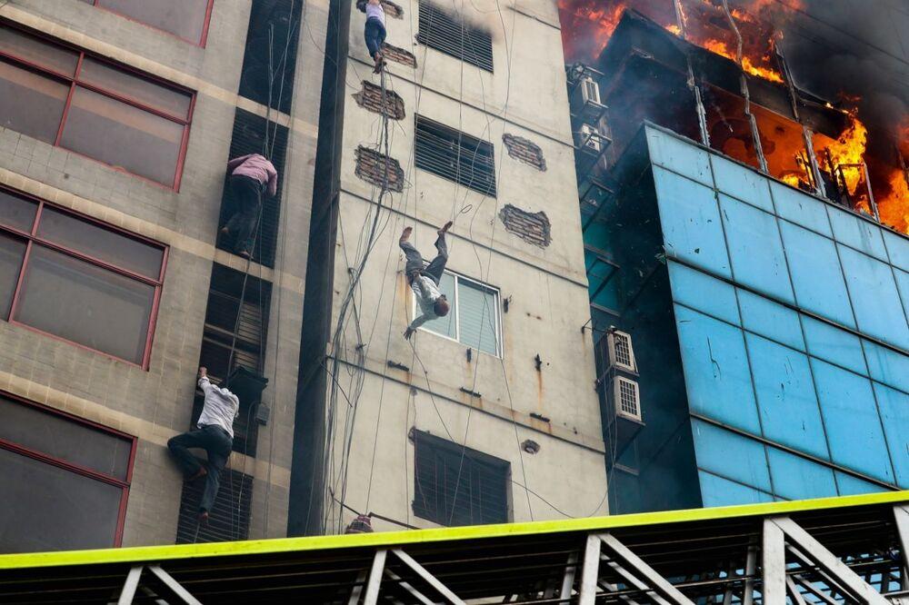 2020 Siena Uluslararası Fotoğrafçılık Ödülleri'nin  Belgesel & Fotoğraf Muhabirliği kategorisinde birinci seçilen Bangladeşli fotoğrafçı Mohammad Sazid Hossain'in 'Yangın Kurbanının Ölümü' isimli karesinde Dhaka kentindeki 22 katlı binada çıkan yangın sırasında  kendini kurtarmaya çalışırken binadan yere düşerek hayatını kaybeden adamın düştüğü an görüntülendi.