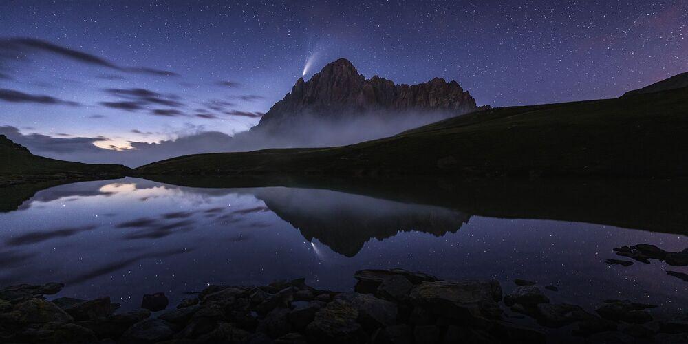 2020 Epson Uluslararası Panoramik Fotoğraf Yarışması'nın Açık Doğa_Manzaralar kategorisinde en iyi ilk 50 çalışma arasında yer alan İtalyan fotoğrafçı Andrea Zappia'nın Reflection on the lake isimli fotoğrafı