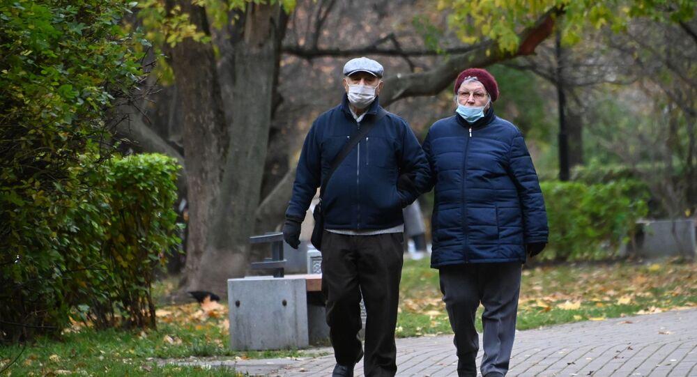 Rusya, Moskova, park, koronavirüs, yaşlı çift