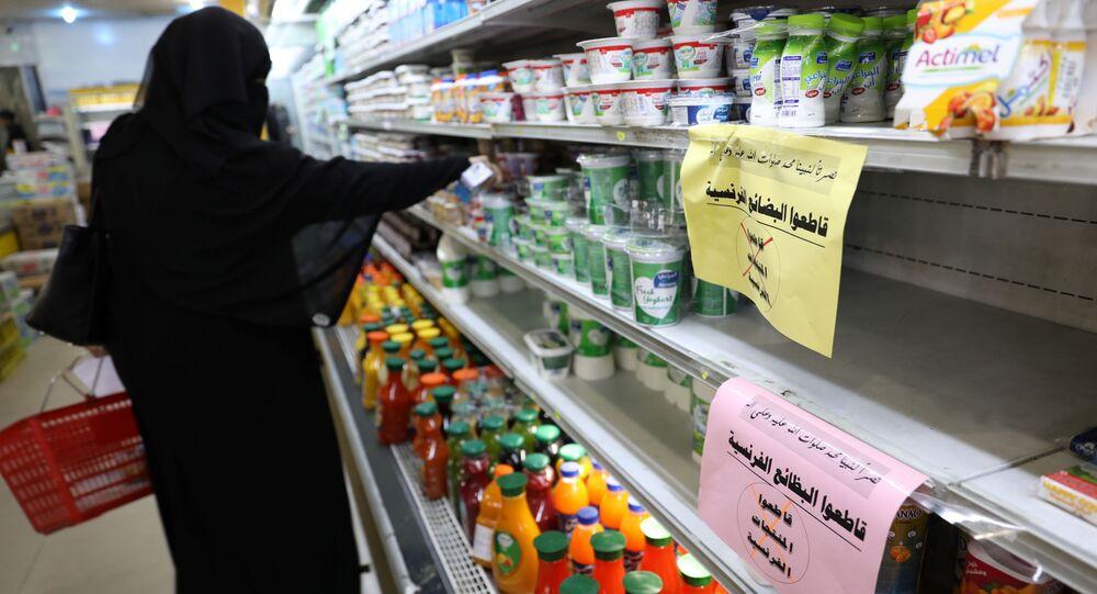 Yemen'in başkenti Sanaa'da Fransız mallarını boykot yazılarının asıldığı bir süpermarkette alışveriş yapan kadın