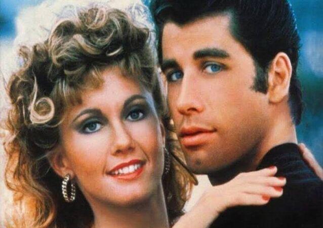 Olivia Newton-John ve John Travolta'nın başrollerini paylaştığı Grease filminin posteri