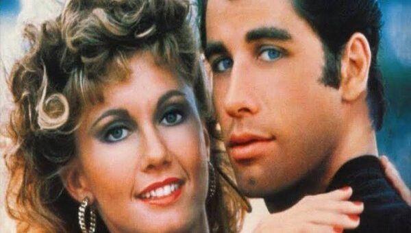 Olivia Newton-John ve John Travolta'nın başrollerini paylaştığı Grease filminin posteri - Sputnik Türkiye