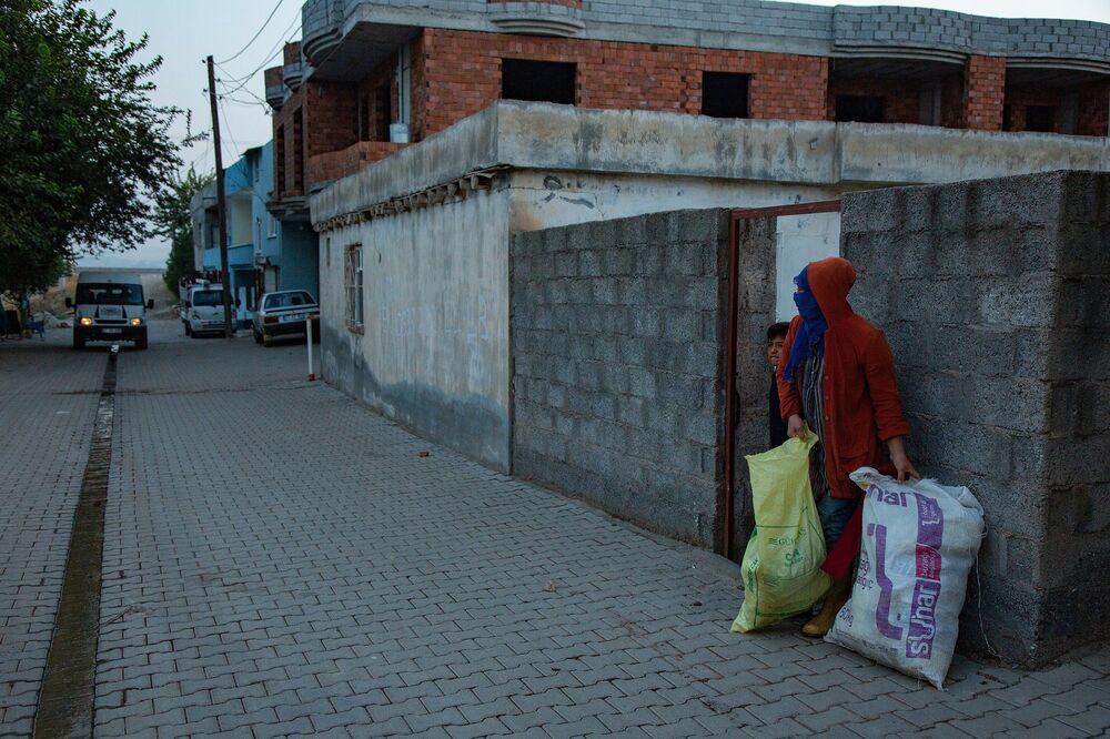Pamuk hasadı için tarlada çalışan işçilerin çalışma koşulları bir hayli ağır. Sabah 05.00'da kalkan işçiler evlerinin önünde onları tarlaya götürecek olan servis aracını bekliyor. Tüm işçileri toplayan servis aracı tarlanın pamuk toplamak için tarlanın yolunu tutuyor.