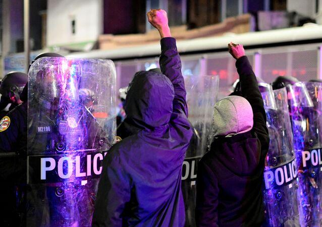 Walter Wallace Jr.'ın öldürülmesinin ardından Philadelphia kentinde protesto düzenleyenler polisle karşı karşıya