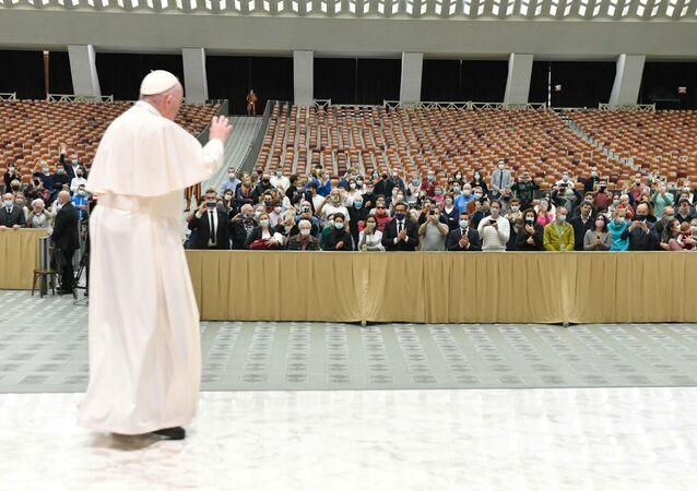 Vatikan'daki haftalık kabulünde yine maskesiz boy gösteren Katolik Kilisesi'nin ruhani lideri Papa Francis, iyi dileklerini sunmak isteyenlerin aralarına karışamayacağı için bir kez daha özür diledi.