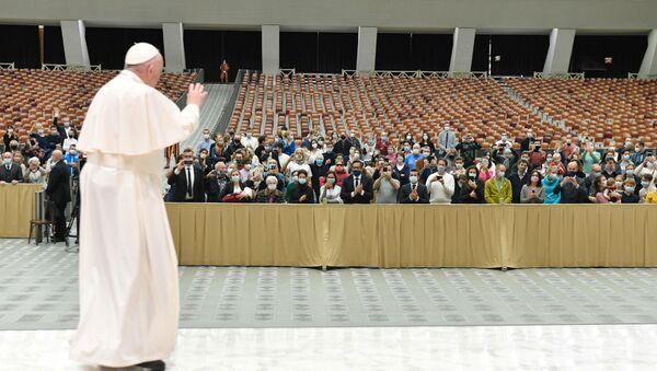 Vatikan'daki haftalık kabulünde yine maskesiz boy gösteren Katolik Kilisesi'nin ruhani lideri Papa Francis, iyi dileklerini sunmak isteyenlerin aralarına karışamayacağı için bir kez daha özür diledi. - Sputnik Türkiye