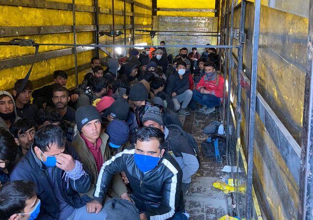 Van'ın Erciş ilçesinde, şüphe üzerine durdurulan TIR'ın dorsesinde yurda kaçak yollarla girdikleri belirlenen 210 kaçak göçmen yakalandı. TIR şoförü gözaltına alındı.