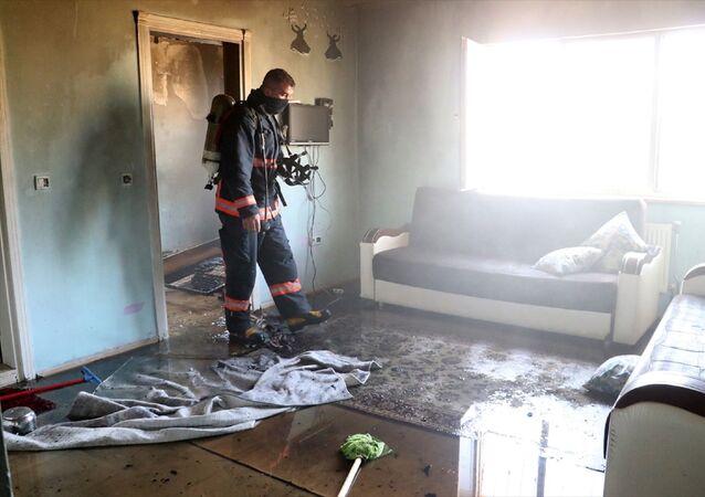 Elazığ'da bir binanın bodrum katındaki dairede çıkan yangında 8 aylık bebek yaşamını yitirdi, iki çocuk yaralandı.