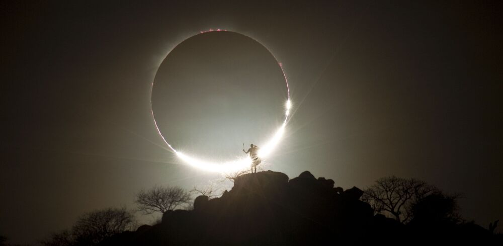 Yarışmanın Profesyonel Doğa/Uzay Fotoğrafı kategorisinin birincisi Alman fotoğrafçı Eugen Kamenew'in  güneş tutulması fotoğrafı Kenya'da  çekildi