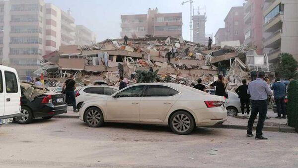 İzmir'de meydana gelen deprem sonrası bazı binalar yıkıldı. - Sputnik Türkiye