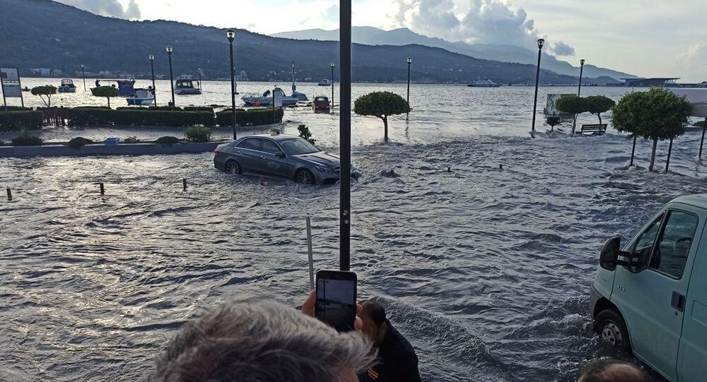 Ege Denizi'ndeki depremin merkez üssü konumundaki Yunanistan'ın Sisam Adası sarsıntının ardından tsunamiyle karşılaştı.