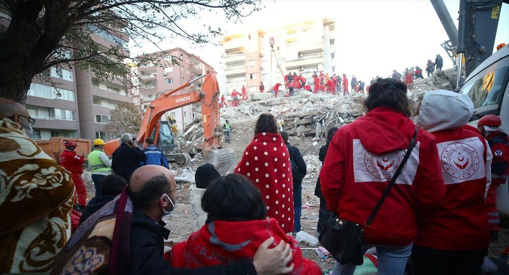 İzmir'deki depremin ardından arama kurtarma ekipleri, Bayraklı ilçesindeki Rıza Bey apartmanı enkazında arama kurtarma faaliyetleri sabah saatlerinde de sürdürüyor.