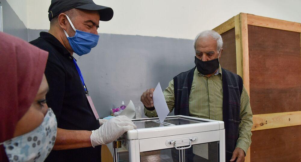 Cezayirliler Anayasa referandumu için sandık başında