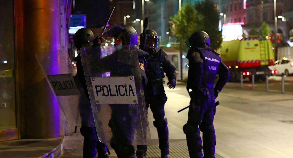 koronavirüs önlemleri karşıtı protesto, polis, Madrid, İspanya