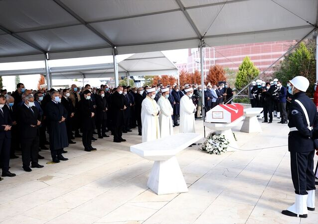 Türkiye Cumhurbaşkanı Recep Tayyip Erdoğan, tedavi gördüğü hastanede 73 yaşında vefat eden eski başbakanlardan Mesut Yılmaz'ın Marmara Üniversitesi İlahiyat Fakültesi Camisi'nde düzenlenen cenaze törenine katıldı.