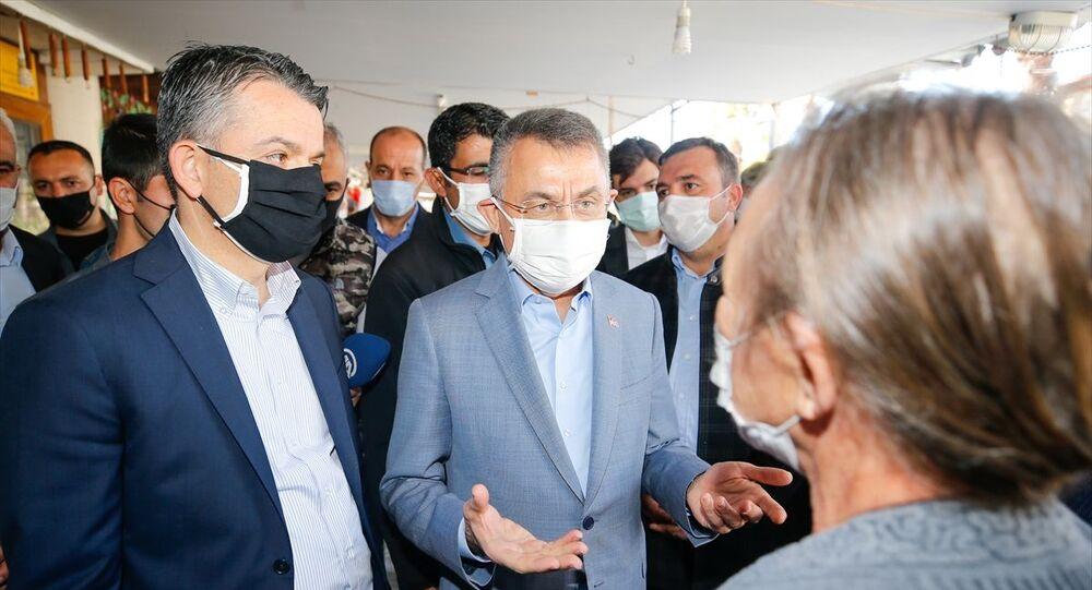 Cumhurbaşkanı Yardımcısı Fuat Oktay, İzmir'in Seferihisar ilçesi, Sığacık Mahallesi'nde incelemelerde bulundu. Oktay, depremzede vatandaşlarla sohbet etti.