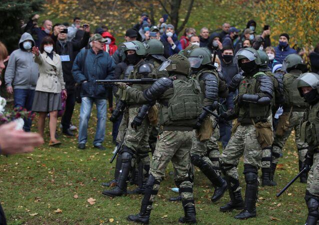 Belarus'un başkenti Minsk'te muhalefet temsilcilerinin Bağımsızlık Meydanı'nda düzenlediği izinsiz gösteriye polis müdahalesi