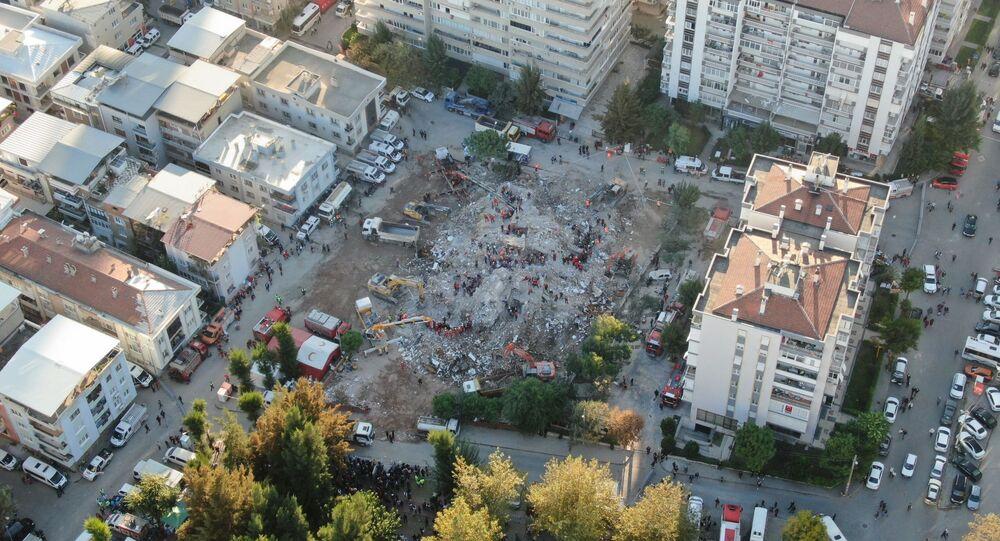 Arama kurtarma çalışmalarının aralıksız devam ettiği İzmir'de şehrin son durumu havadan görüntülendi.