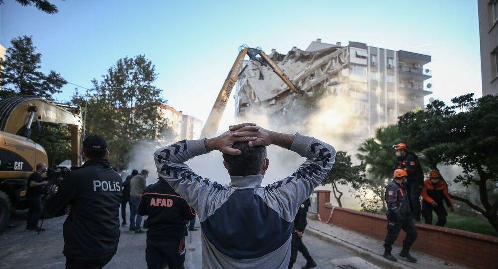 İzmir'de cuma günü meydana gelen 6.6 büyüklüğündeki depremin ardından bir kısmı yıkılan Bayraklı ilçesindeki Karagül Apartmanı, kontrollü olarak yıkıldı.