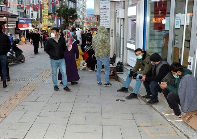 Karabük'te, Toplu Konut İdaresi Başkanlığı (TOKİ) tarafından yaptırılan ve yarından itibaren satışa sunulacak 455 konut için vatandaşlar, müracaatların kabul edileceği banka şubesi önünde sıraya girmeye başladı.