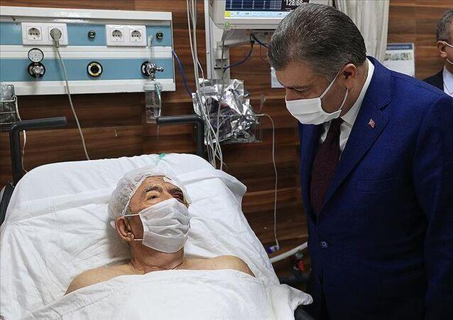 Sağlık Bakanı Fahrettin Koca, İzmir'de cuma günü meydana gelen 6,6 büyüklüğündeki depremden 33 saat sonra enkazdan çıkarılan Ahmet Çitim'i, tedavi gördüğü hastanede ziyaret etti.
