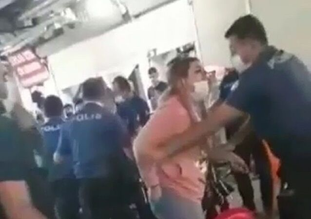 Maske cezası yazmak isteyen polise yumruk atan çift gözaltına alındı