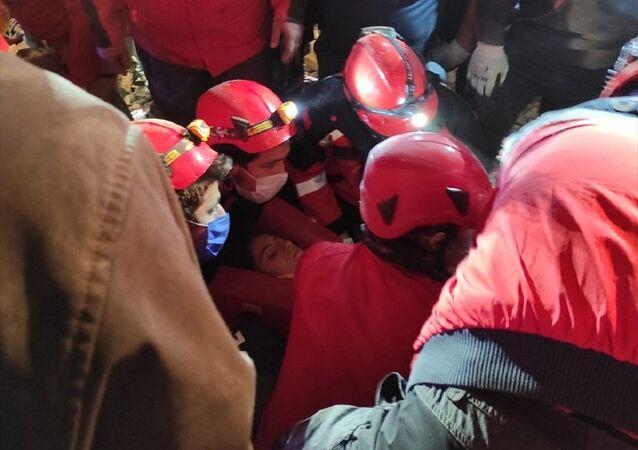 İzmir'deki Emrah Apartmanı enkazından yaklaşık 58 saat sonra 14 yaşındaki İdil Şirin yaralı çıkarıldı