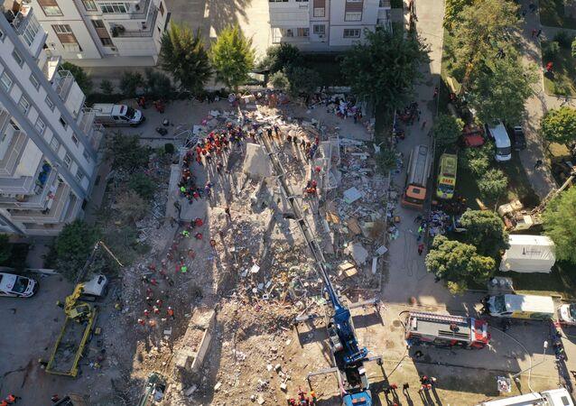 İzmir depreminde yıkılan binanın enkazlarında yürütülen arama çalışmalarının kuş bakışı görüntüsü
