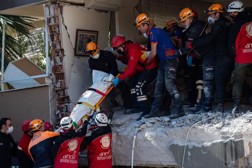 Çevre ve Şehircilik Bakanı Kurum, İzmir'deki depremde hayatını kaybedenlerin sayısının 85'e yükseldiğini bildirdi