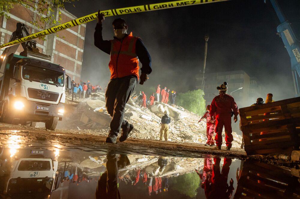 Arama kurtarma çalışmalarının yürütüldüğü depremde en çok hasar gören Bayraklı ilçesinden bir kare