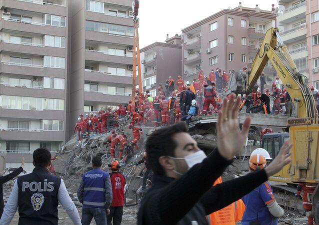 İzmir'de halen 8 binada arama kurtarma çalışması yürütülüyor
