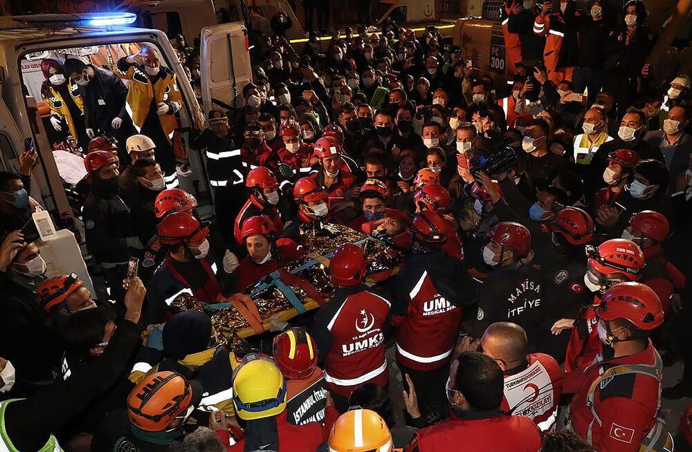 İzmir'de meydana gelen 6.6 büyüklüğündeki depremde en çok hasar gören Emrah Apartmanı'ndan 58 saat sonra sağ kurtulan 14 yaşındaki İdil Şirin ambulans aracına bindirilirken