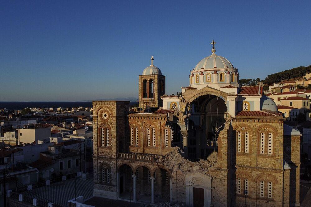 Yunanistan'ın Samos (Sisam) adasında  deprem sonucu birçok kilisenin duvarları, bazı evlerin de yıkıldığı ifade edildi
