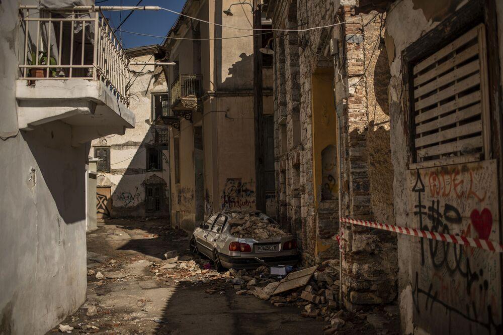 İzmir Seferihisar'da meydana gelen şiddetli depremde, Yunanistan'ın Samos adasında da pek çok bina hasar aldı