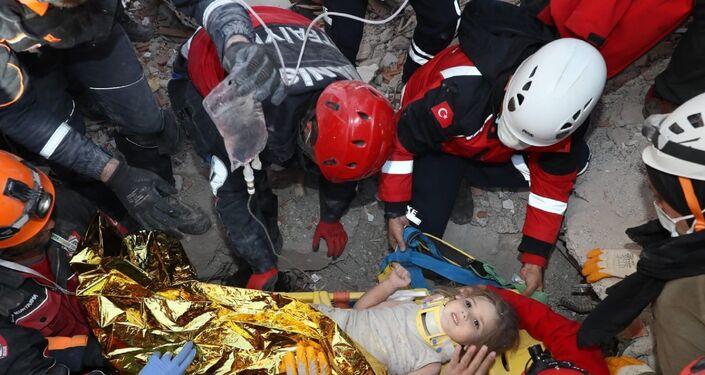 İzmir'de meydana gelen 6.6 büyüklüğündeki depremin üzerinden geçen 91 saatin ardından Rıza Bey Apartmanı enkazından 3 yaşındaki Ayda Gezgin sağ olarak kurtarıldı.