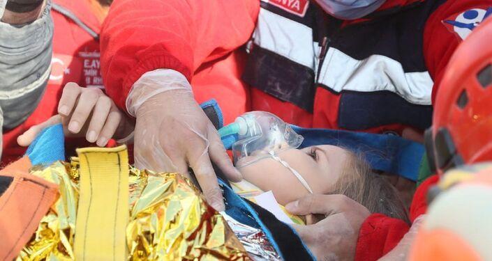91 saatin ardından Rıza Bey Apartmanı enkazından 3 yaşındaki Ayda Gezgin sağ olarak kurtarıldı.