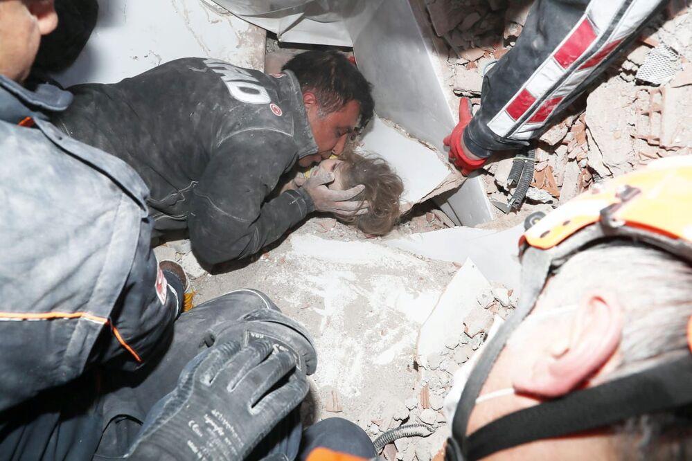 4 yaşındaki Ayda Gezgin, depremden 91 saat sonra Rıza Bey Apartmanı enkazından sağ olarak çıkarıldı