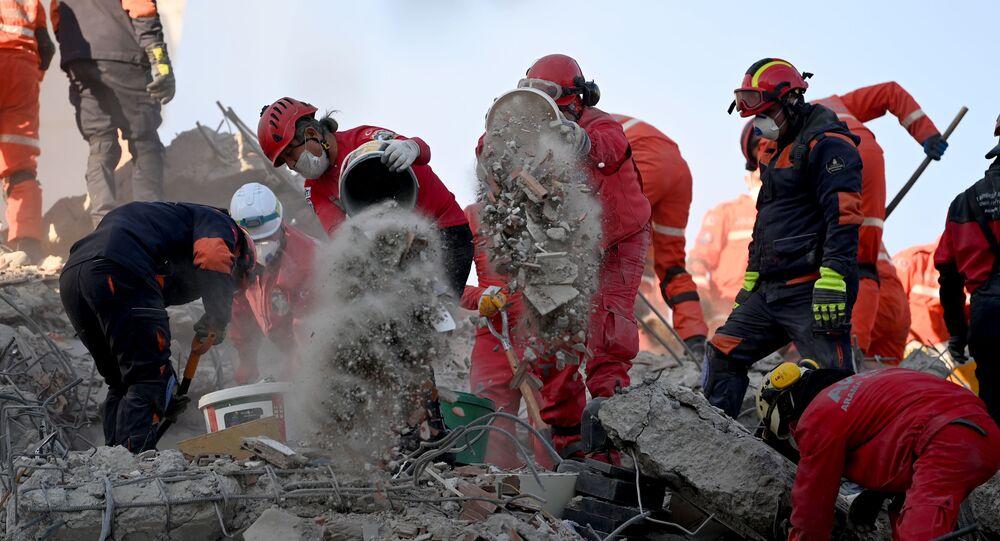 İzmir'de arama ve kurtarma çalışmaları 17 binadan 13'ünde tamamlanırken, 4 binada sürüyor