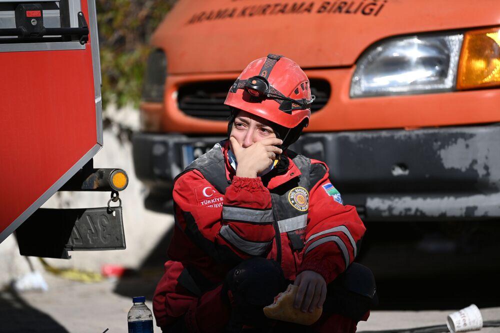 İzmir'deki depremde yıkılan bina enkazlarında arama kurtarma çalışmaları sırasında gözyaşlarını tutamayan ekip üyelerinden biri