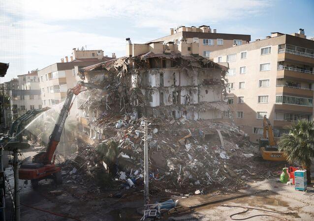 Şimdiye kadar 11 bin 97 binada hasar tespit edildi binaların 124'ü ağır hasarlı acil yıkılacak olan 719'u az hasarlı iki binada yıkım çalışması tamamen tamamlandı