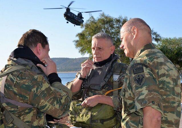 Yunanistan Genelkurmay BaşkanıKonstantinos Floros (ortada), Türkiye ile Meis Adası gerilimi sırasında komutanlarla konuşurken